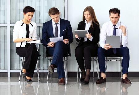 Business-Leute warten auf Vorstellungsgespräch. Vier Kandidaten im Wettbewerb um eine Position Standard-Bild