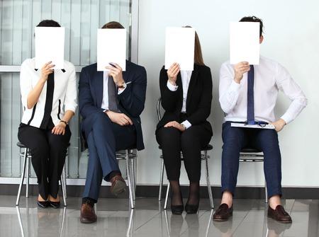 人的資源概念、青年実業家持株白い看板と就職の面接を待っています。