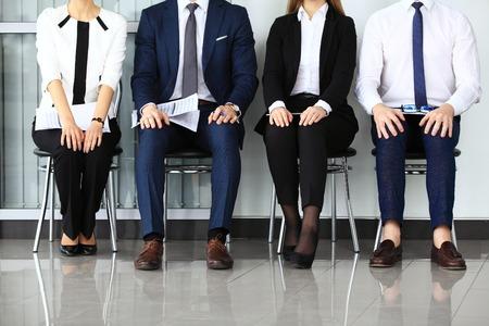 Les gens d'affaires en attente d'entrevue d'emploi. Quatre candidats en lice pour un poste Banque d'images - 40545900