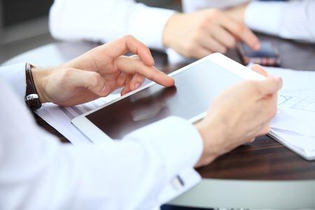 ESTADISTICAS: Primer plano imagen de un trabajador de oficina usando un touchpad para analizar los datos estadísticos