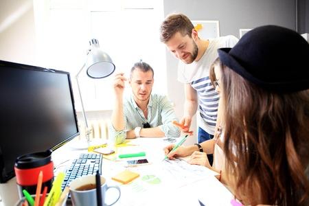 personas hablando: Reunión de los compañeros de trabajo y la planificación de los próximos pasos de trabajo
