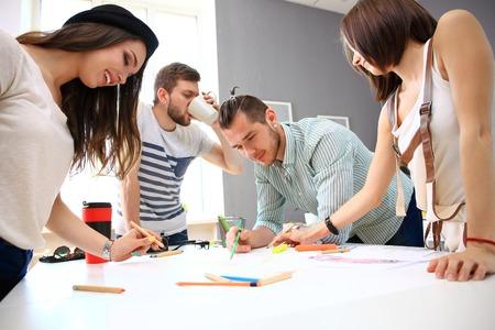 grupos de personas: Reunión de los compañeros de trabajo y la planificación de los próximos pasos de trabajo