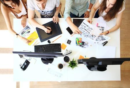 grupo de hombres: Reunión de los compañeros de trabajo y la planificación de los próximos pasos de trabajo