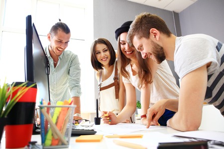 personas trabajando en oficina: Grupo de diseñadores en el cargo