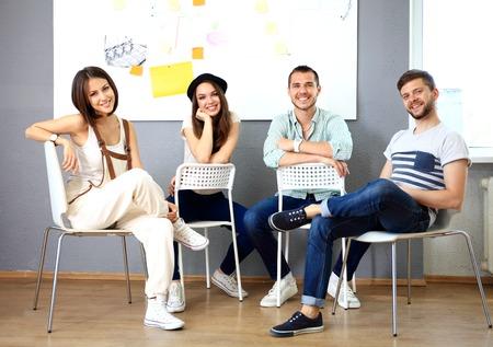 personas hablando: Grupo de personas que trabajan juntas