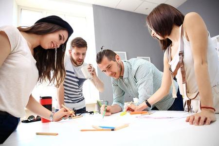 trabajando: Reuni�n de los compa�eros de trabajo y la planificaci�n de los pr�ximos pasos de trabajo