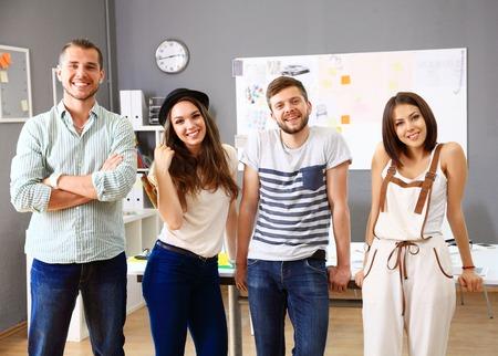 Skupina lidí, kteří pracují společně Reklamní fotografie