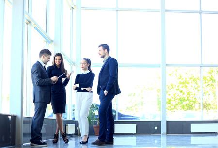 persona de pie: Colegas elegantes que se comunican en la reuni�n