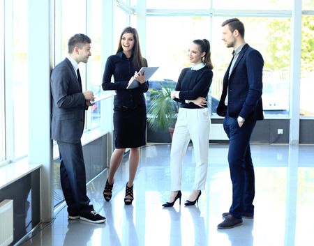 Elegante collega's communiceren op vergadering Stockfoto