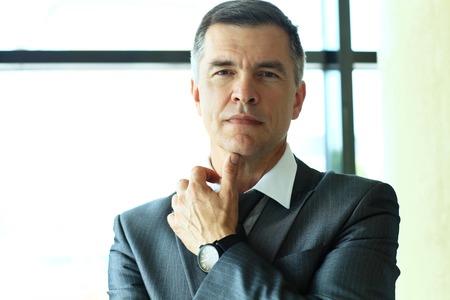 bel homme: Portrait d'un homme d'affaires beau Banque d'images