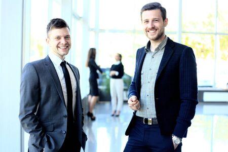 grupo de hombres: Hombres de negocios felices hablando sobre la reunión en la oficina