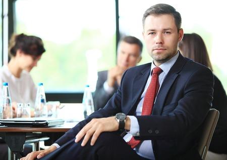 lideres: Hombre de negocios con colegas en el fondo