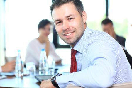 Geschäftsmann mit Kollegen im Hintergrund Standard-Bild
