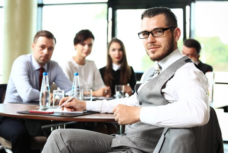 lider: Hombre de negocios con colegas en el fondo
