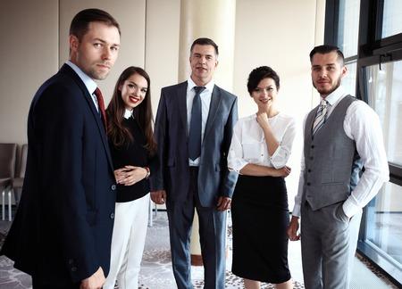 grupo de hombres: Feliz equipo de negocios sonriente en la oficina