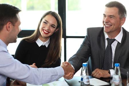glücklich: Geschäftsleute Händeschütteln, beenden eine Sitzung