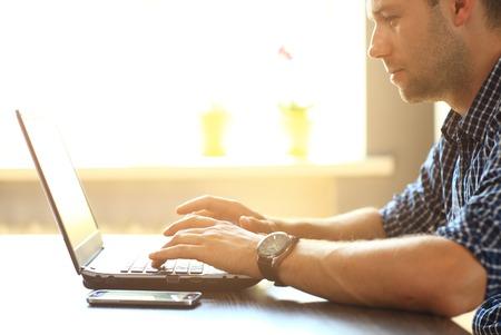 mecanografía: El hombre manos de mecanografía en el teclado portátil  Foto de archivo