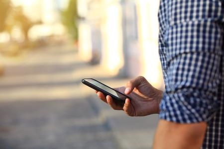 Close up von einem Mann mit mobilen Smartphone
