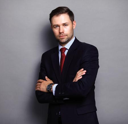 Uomo d'affari freddo in piedi su sfondo grigio Archivio Fotografico - 44526741