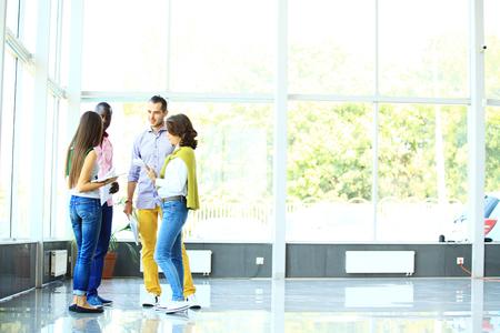 personas de pie: La gente de negocios que hablan en oficina