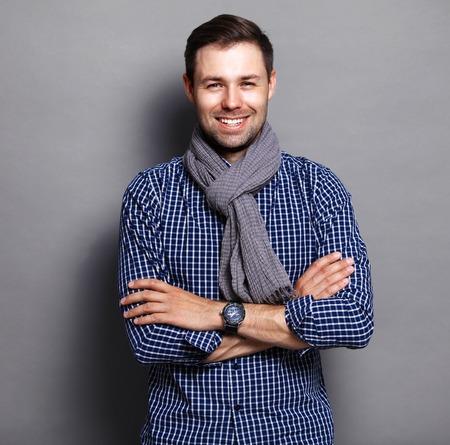 Uomo d'affari freddo in piedi su sfondo grigio Archivio Fotografico - 44526782