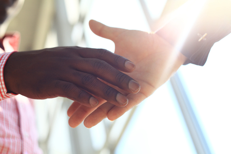 Geschäftsleute Händeschütteln, beenden eine Sitzung Standard-Bild - 44526794