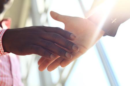apreton de mano: La gente de negocios dándose la mano, terminando una reunión
