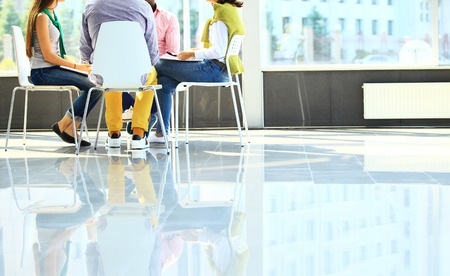 reunion de trabajo: Hombres de negocios creativos reunidos en c�rculo de sillas