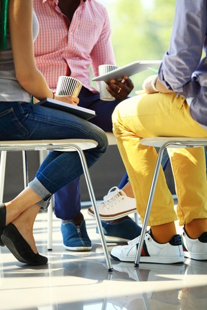 Creatieve mensen uit het bedrijfsleven bijeen in de cirkel van stoelen