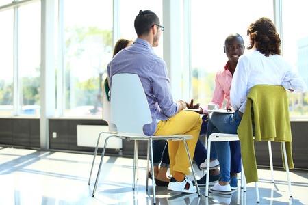 circulo de personas: Hombres de negocios creativos reunidos en c�rculo de sillas