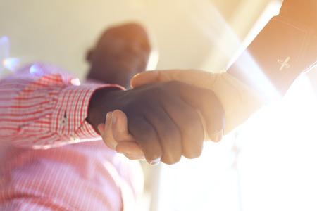 gente reunida: La gente de negocios dándose la mano, terminando una reunión