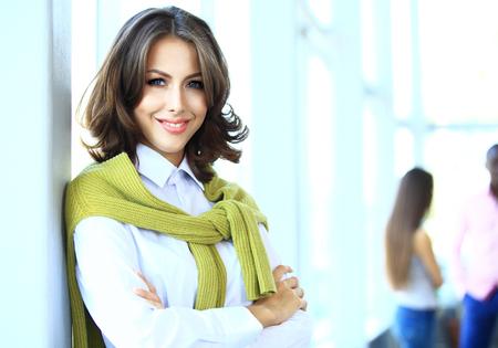 lideres: Rostro de mujer hermosa sobre los antecedentes de la gente de negocios