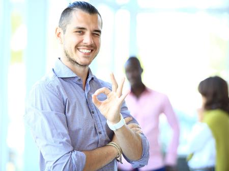 자신의 손가락에 확인 서명을 보여주는 사업가입니다. 얼굴에 초점입니다. 스톡 콘텐츠 - 44844727