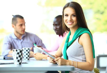 caras felices: Rostro de mujer hermosa sobre los antecedentes de la gente de negocios