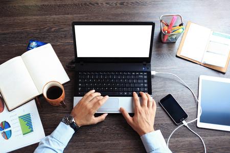 빈티지 힙 스터 나무 바탕 화면 상위 뷰, 노트북을 사용하고 커피 한 잔을 들고 남성의 손에