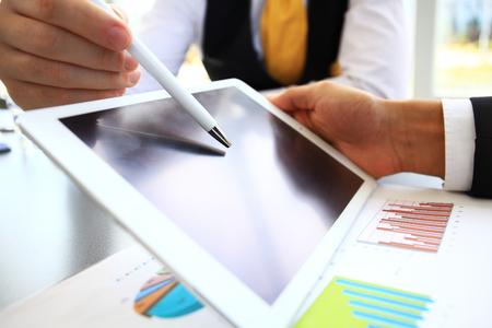 통계 데이터를 분석하기 위해 터치 패드를 사용하여 회사원의 이미지 스톡 콘텐츠