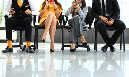entrevista: La gente de negocios de espera para la entrevista de trabajo