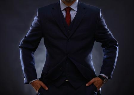 traje formal: hombre de traje en negro