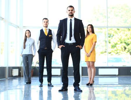patron: Retrato de grupo de un equipo profesional de negocios que mira con confianza a la cámara