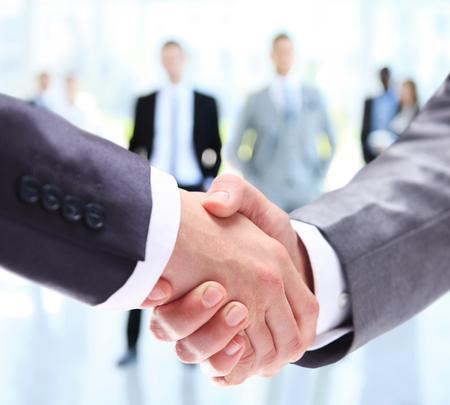 stretta di mano: Primo piano di un business handshake. Gli uomini d'affari stringe la mano, finitura di una riunione