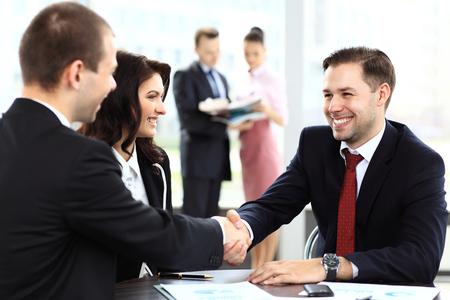Geschäftsleute Händeschütteln, beenden eine Sitzung Standard-Bild - 48074231