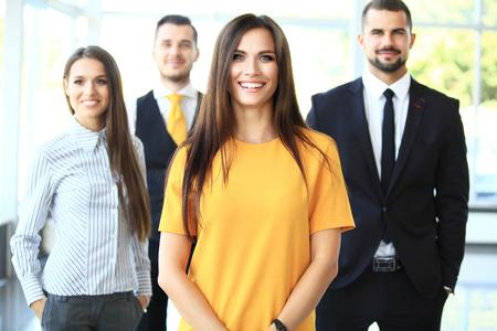 Succesvolle business team glimlachen bij het kantoor