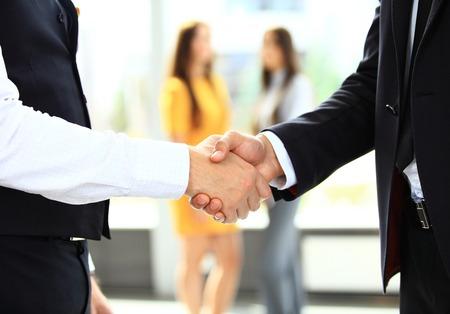 mãos: businesss e conceito do escritório - dois empresários apertando as mãos no escritório