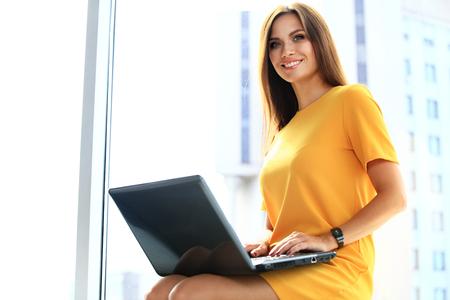 Portret van een jonge vrouw met behulp van laptop op kantoor Stockfoto