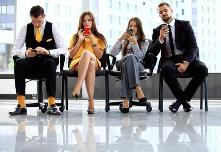 オフィスで仕事を待っているビジネス人々 をインタビューします。