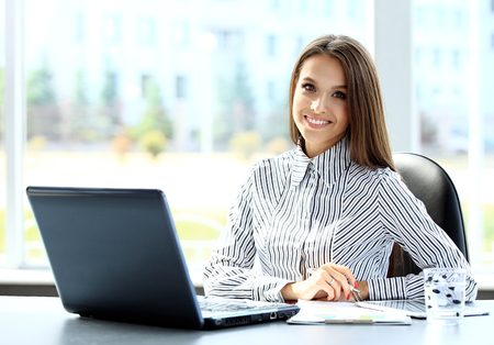 Biznes kobieta pracuje na komputerze w biurze