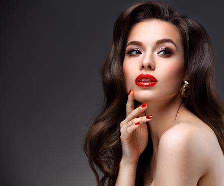 maquillage: Beauté Modèle femme avec de longs cheveux bruns ondulés.