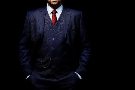 검정색 배경에 양복에 남자