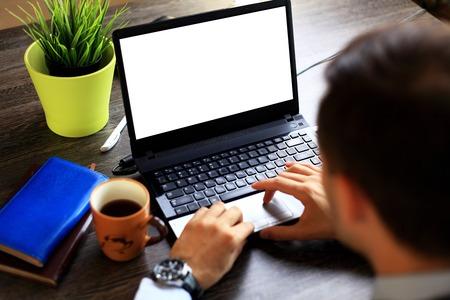 mecanografía: Primer plano de las manos escribiendo en el teclado portátil masculina