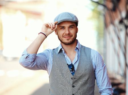 viso uomo: ritratto di moda giovane uomo in città